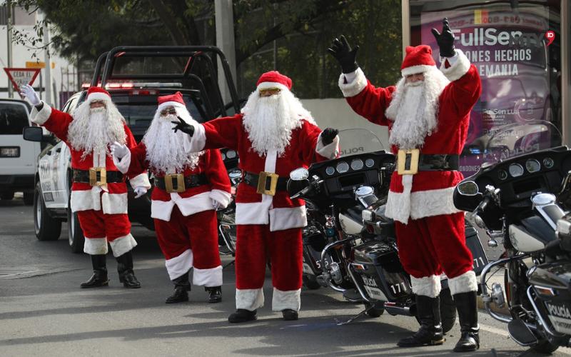 Recorren la ciudad oficiales de Tránsito vestidos de Santa Claus