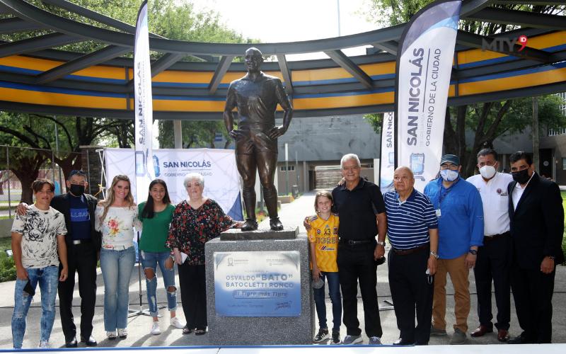 """Entregan estatua en honor de Osvaldo Batocletti """"El Tigre Más Tigre"""""""